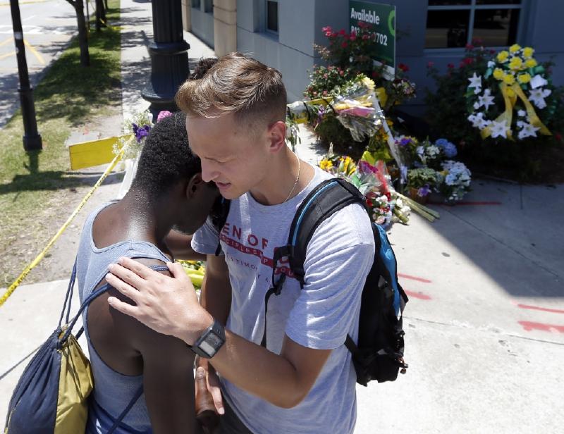 Tyler Francis y Shondrey Dear rezan juntos. 18 de junio 2015 cerca de la Iglesia AME Emanuel  (AP Photo/Stephen B. Morton)