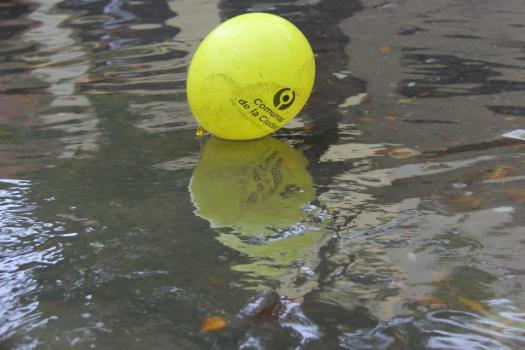 globo amarillo en inundacion