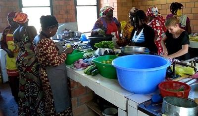 Digelmann trabajando con las mujeres restauradoras