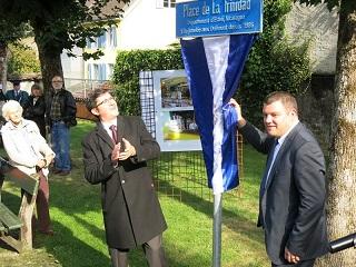 thumbnail_Embajador de Nicaragua _a la izquierda_ con alcalde de Delemont en la inauguracion de la Plaza La Trinidad web foto Sergio Ferrari